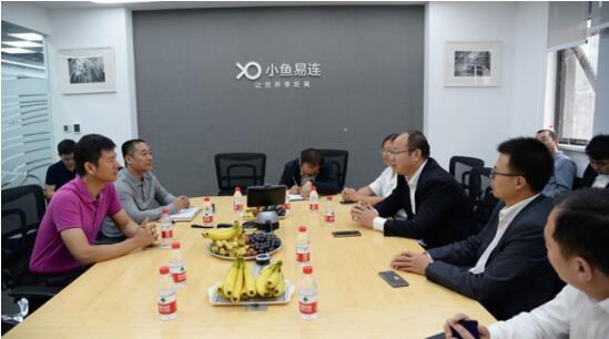 小鱼易连联合创始人兼CEO袁文辉、创始合伙人兼营销副总裁王化福为到访嘉宾介绍了小鱼易连在党建及基层应用场景取得的成果